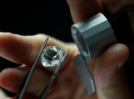 Набсовет АЛРОСА обсудит объединение с крупнейшим огранщиком алмазов